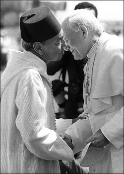 King Hassan II of Morocco (L) embraces the pope John Paul II as he welcomes him upon his arrival at Mohamed V airport in Casablanca 19 August 1985 of an official visit to Morocco. AFP PHOTO DOMINIQUE FAGET        (Photo credit should read JEAN-CLAUDE DELMAS/AFP/GettyImages)